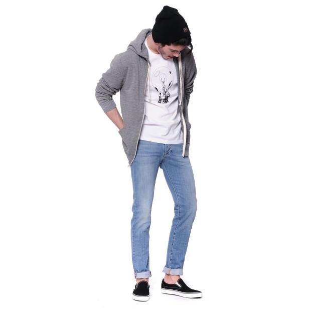 Capellino Obey, t-shirt Carhartt e slip on di Vans