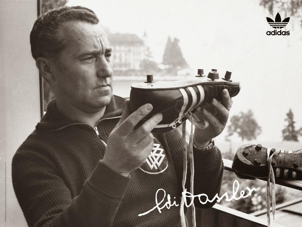 """storica immagine di Adolf Dassler con in mano un prototipo di Copa Mundial.  """"El Pibe de ... 647fdd5fd4b"""