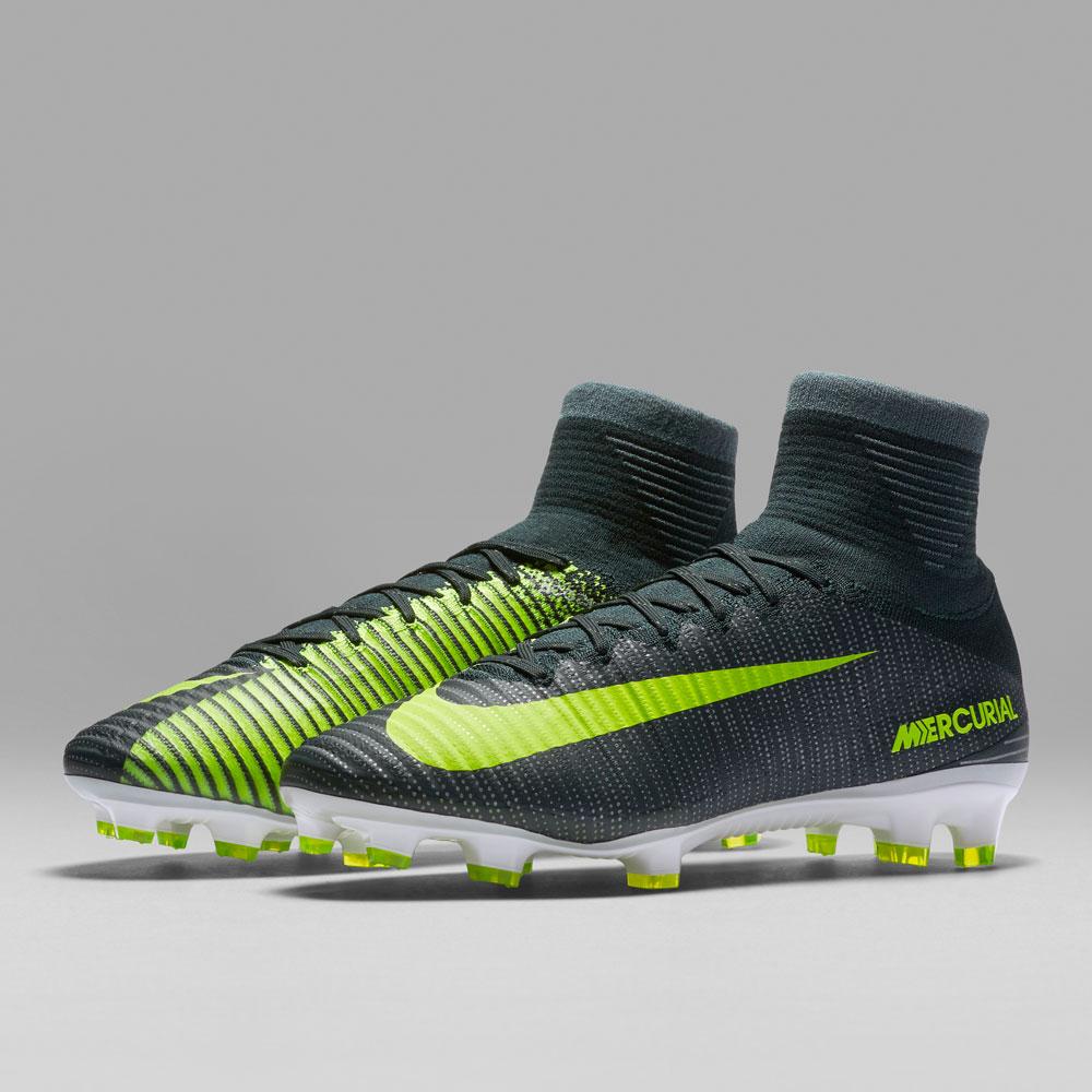 97d64468bf7bd Per quanto riguarda le scarpe basse il modello di punta è la Nike Mercurial  Vapor xi CR7 Discovery